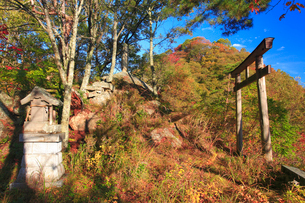 千古屋城跡の蚕影神社と根古屋城跡遠望の写真素材 [FYI02744859]