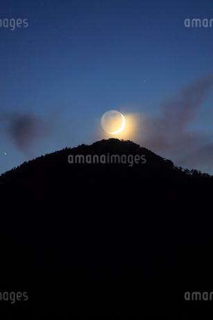 薄暮の女神岳と地球照の月の写真素材 [FYI02748184]