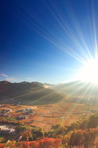 朝の千古屋城跡から望む曲尾の田園と烏帽子岳の写真素材 [FYI02748211]