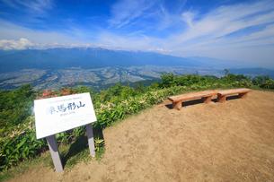 空木岳などの山並みと陣馬形山山頂標と山頂広場の写真素材 [FYI02748291]