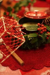 クリスマスアレンジと料理の写真素材 [FYI02748313]
