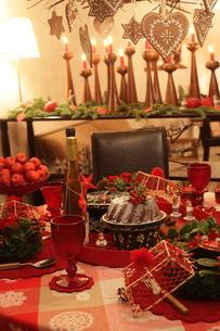 料理とクリスマスアレンジの写真素材 [FYI02748441]
