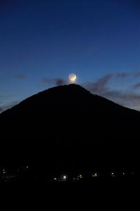 薄暮の女神岳と地球照の月の写真素材 [FYI02748887]
