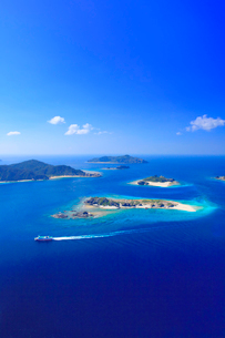 安慶名敷島と嘉比島など慶良間諸島とフェリーざまみの空撮の写真素材 [FYI02748956]