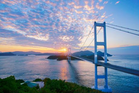 糸山公園展望台から望む来島海峡大橋と朝日の写真素材 [FYI02748996]