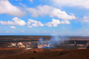 ハワイ島 キラウエア火山ジャガーミュウジアム展望台から見たハレマウマウ火口の写真素材 [FYI02750456]