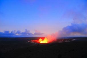 夕暮れのハワイ島キラウエア火山ハレマウマウ・クレーターの写真素材 [FYI02750480]