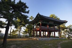 pavilion, Busosanseong Fortress, Buyeo, Koreaの写真素材 [FYI02750495]