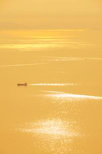 紫雲出山山頂展望台から望むみかん色の瀬戸内海と船の写真素材 [FYI02750531]