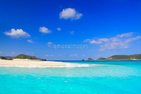 トロピカル色の海と安慶名敷島の砂州と深城の崎の写真素材 [FYI02750544]