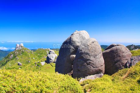 宮之浦岳直下の大岩と栗生岳と翁岳などの山並みの写真素材 [FYI02753593]