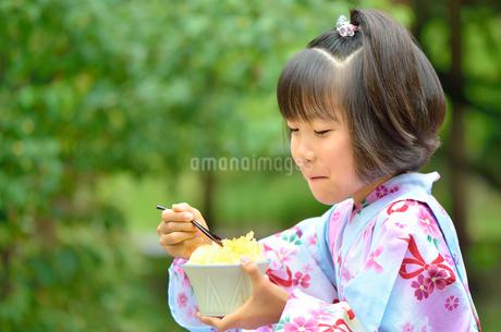 かき氷を食べる浴衣の女の子(初夏)の写真素材 [FYI02755232]
