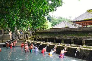 バリ島ティルタウンプル寺院の沐浴場の写真素材 [FYI02755644]