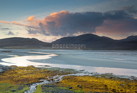 Clouds over tranquil mountains and ocean, Luskentyre Beach, Harris, Outer Hebridesの写真素材 [FYI02756270]