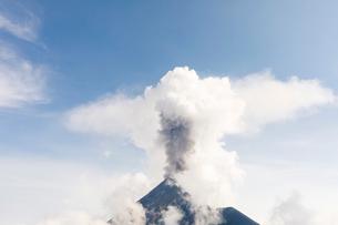 Volcan de Fuego erupting in Acatenango, Guatemalaの写真素材 [FYI02756353]