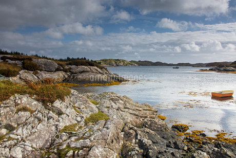 Tranquil view of craggy rocks and water, Golden Road, Harris, Outer Hebridesの写真素材 [FYI02756368]