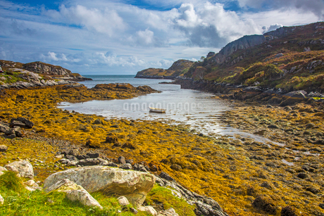 Sunny, craggy tranquil view of water, Golden Road, Harris, Outer Hebridesの写真素材 [FYI02756449]