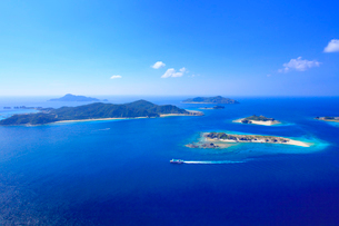 安慶名敷島と阿嘉島など慶良間諸島とフェリーざまみの空撮の写真素材 [FYI02756620]