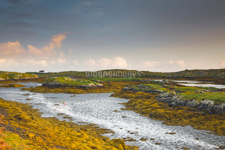 Tranquil view of craggy rocks and water, Harris, Outer Hebridesの写真素材 [FYI02756652]