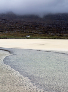 Tranquil view ocean and remote house, Luskentyre Beach, Harris, Outer Hebridesの写真素材 [FYI02756811]