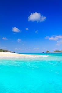 トロピカル色の海と安慶名敷島の砂州と深城の崎の写真素材 [FYI02761570]