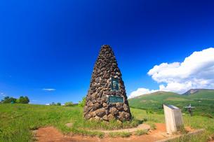シュナイダー記念塔と根子岳と四阿山の写真素材 [FYI02761808]