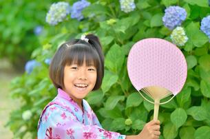 浴衣の女の子(初夏、アジサイ)の写真素材 [FYI02767000]