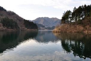 静寂の湖の写真素材 [FYI02810025]