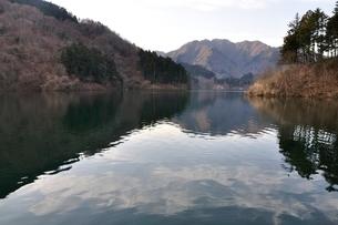 静寂の湖の写真素材 [FYI02810026]