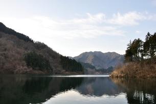 静寂の湖の写真素材 [FYI02810027]
