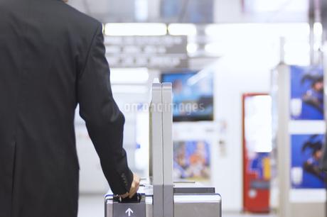 改札機を通るビジネスマンの後姿の写真素材 [FYI02810152]