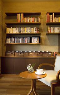 椅子とテーブルが置かれた部屋の写真素材 [FYI02810169]