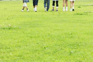 歩く子供たちの足元の写真素材 [FYI02810495]