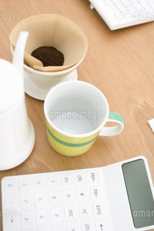 コーヒーと電卓の写真素材 [FYI02811394]