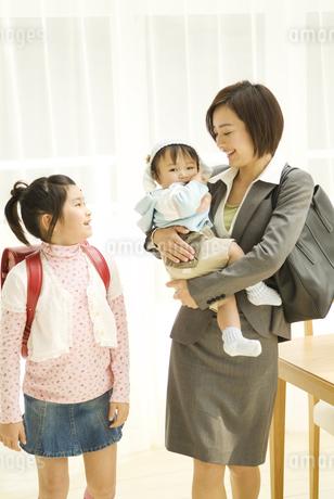 出勤、登校前の親子3人の写真素材 [FYI02811471]