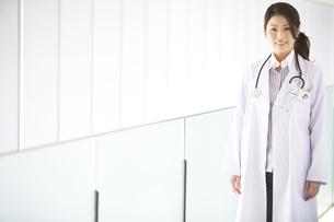 笑顔の女医の写真素材 [FYI02811547]