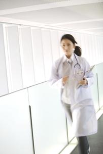 カルテを持って走っている女医の写真素材 [FYI02811552]