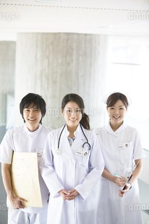 女医と看護師とレントゲン技師の写真素材 [FYI02811581]