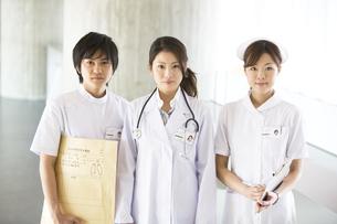 女医と看護師とレントゲン技師の写真素材 [FYI02811594]