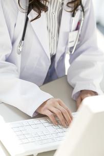 タイピングする女医の手元の写真素材 [FYI02811638]