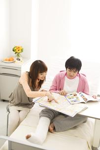病室で旅行の計画を立てているカップルの写真素材 [FYI02811648]