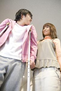 松葉杖をついている彼氏と彼女の写真素材 [FYI02811673]