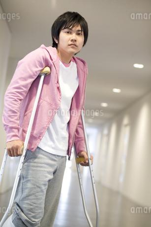松葉杖をついている男性の写真素材 [FYI02811689]