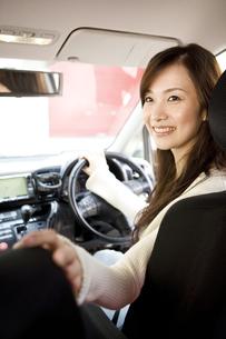 駐車しようとしている女性の写真素材 [FYI02811713]