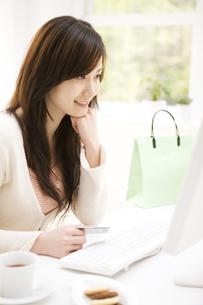 ネットショッピングしている女性の写真素材 [FYI02811722]