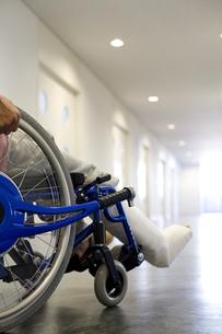 車椅子に乗っている骨折した男性の写真素材 [FYI02811727]