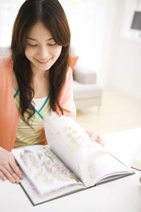 図鑑を見ている女性の写真素材 [FYI02811739]