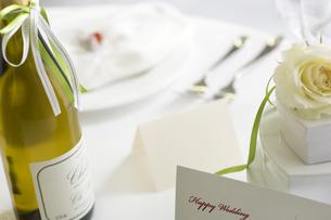 ウェディングカードとギフトボックスとワインの写真素材 [FYI02811740]