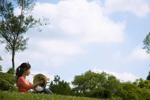 ホルンを吹いている女性の写真素材 [FYI02811751]