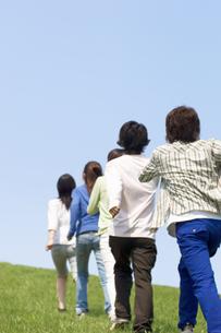 草原を1列であるく5人の若者の写真素材 [FYI02811760]